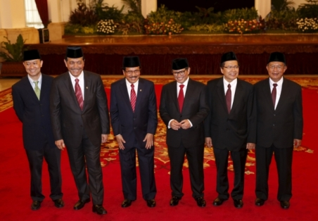 New ministers from Indonesian President Joko Widodo's cabinet reshuffle pose for photographers after taking the oath at the presidential palace in Jakarta, Indonesia August 12, 2015. (From left) Thomas T. Lembong, Luhut Pandjaitan, Soyan Djalil, Pramono Anung, Rizal Ramli, and Darmin Nasution. - Reuters Pic